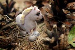 Een stuk speelgoed paard in het gras Royalty-vrije Stock Afbeeldingen
