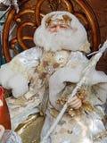 Een stuk speelgoed Santa Claus op een houten stoel De achtergrond van het Kerstmisspeelgoed Royalty-vrije Stock Afbeeldingen