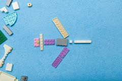 Een stuk speelgoed vliegtuig van plastic kubussen wordt gemaakt die royalty-vrije stock foto's