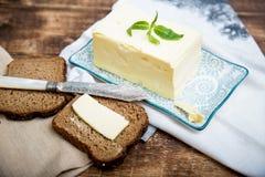 Een stuk van brood met boter op houten achtergrond royalty-vrije stock foto's