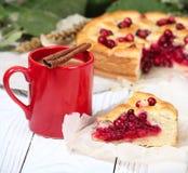 Een stuk van cake met een kop van cacao royalty-vrije stock foto