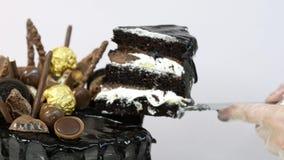 Een stuk van chocoladecake stock footage