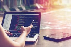 Een Stuk van de programmering van code in winde met onduidelijk beeldeffect Programmeur Developer Screen Websitecodes inzake Comp stock foto's