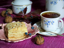 Een stuk van eigengemaakte cake en een kop thee Stock Foto's