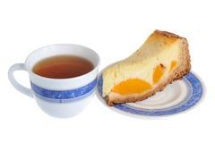 Een stuk van fruitcake op de schotel met een kop thee isoleerde o Royalty-vrije Stock Foto's