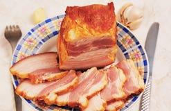 Een stuk van gerookt varkensvlees. Stock Foto's