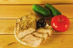 Een stuk van geroosterd vlees met olijven, tomaat en komkommer Royalty-vrije Stock Foto's