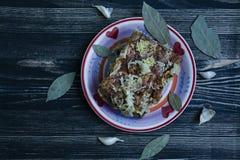 Een stuk van gezouten bacon met kruiden Traditionele Oekra?ense snack De stijl van het land royalty-vrije stock foto's