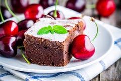 Een stuk van het eigengemaakte dessert van de chocoladebrownie met een kers Royalty-vrije Stock Afbeelding