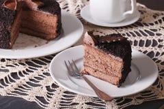 Een stuk van het gesneden donkere close-up van de chocoladecake horizontaal Stock Foto