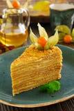 Een stuk van honingscake Stock Foto