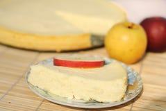 Een stuk van kaastaart met appelen Stock Fotografie
