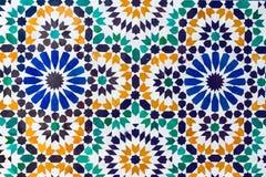 Een stuk van muur met mozaïek heldere kleuren van Marokko Stock Foto's