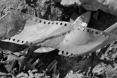 Een stuk van oude grijze film ligt buiten op de grond royalty-vrije stock fotografie