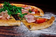 Een stuk van pizzaclose-up op de lijst stock foto