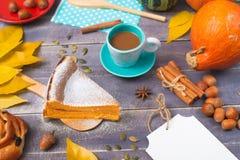 Een stuk van pompoenpastei en Broodje met rozijnen met een Kop van koffie royalty-vrije stock foto's