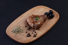 Een stuk van ruw vlees met ui, knoflook en rozemarijn Stock Foto's