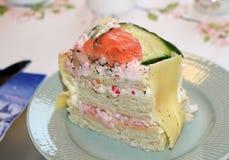 Een stuk van sandwichcake met zalm en garnalen stock afbeelding