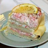 Een stuk van sandwichcake met zalm en garnalen stock afbeeldingen