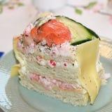 Een stuk van sandwichcake met zalm en garnalen royalty-vrije stock fotografie