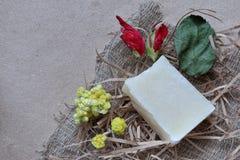 Een stuk van witte geurige met de hand gemaakte zeep stock foto's