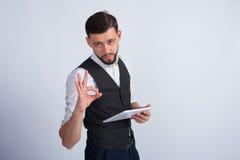 Een succesvolle mens bevindt zich met een tablet Royalty-vrije Stock Afbeelding