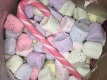 een suikergoedriet in een dooshoogtepunt van 100 badbommen royalty-vrije stock foto