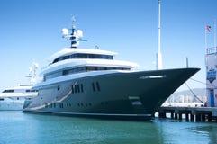 Een super Jacht dat in Gibraltar wordt aangelegd Stock Afbeeldingen