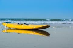 Een surfplank op een strand in Gambia Royalty-vrije Stock Afbeelding