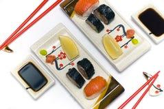 Een sushi die voor twee personen wordt geplaatst Stock Foto's