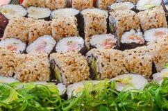 Een sushiverscheidenheid met zeewiersalade Royalty-vrije Stock Fotografie