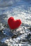 Een symbool van liefde en het warme vakantierood breien hart op het fonkelen Stock Afbeeldingen