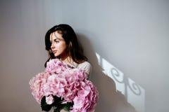 Een tak van een roze hydrangea hortensia stock fotografie