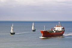 Een tanker en varende schepen Stock Afbeeldingen