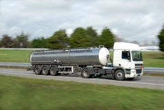 Een tankervrachtwagen op een weg royalty-vrije stock afbeelding