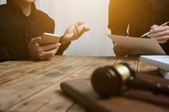 Een team van advocaten en rechtskundige adviseurs die samenwerken stock foto
