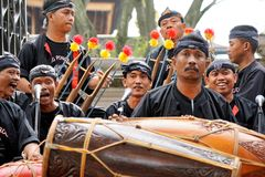 Een team van Javanese muziekoverleg op de dossiers van de stadiumtaak stock afbeelding