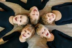 Een team van jonge kinderen doet gymnastiek in een dansklasse Het concept sport, onderwijs, kinderjaren, hobbys en dans stock afbeeldingen