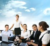 Een team van vijf jonge personen werkt samen Royalty-vrije Stock Afbeelding