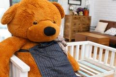 Een teddybeer op een zetel. Stock Foto's