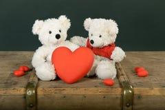 Een teddybeer weggegeven zijn hart stock foto's