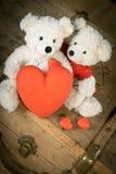 Een teddybeer weggegeven zijn hart royalty-vrije stock foto