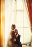 Een teder ogenblik tussen bruid en bruidegom terwijl zij van hem hij drukt Stock Afbeeldingen