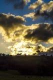 Een tegenover elkaar gestelde scène van de wolkenzonsondergang royalty-vrije stock fotografie