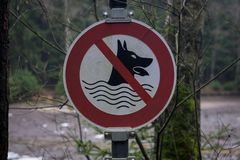 Een teken aantonen die dat de honden niet om worden toegestaan te zwemmen stock foto