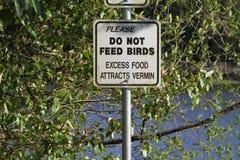 Een teken die u vragen om de vogels niet te voeden royalty-vrije stock afbeelding