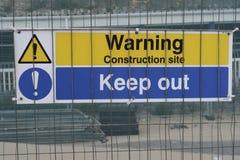 Een teken op een de bouwgebied met de bouwwerf van de tekstwaarschuwing houdt uit Stock Foto