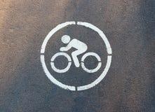 Een teken op het asfalt wordt getrokken die op het spoor voor fietsers wijzen die royalty-vrije stock foto's