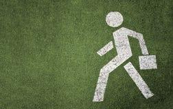Een teken van voetgang op het groene asfalt Stock Fotografie