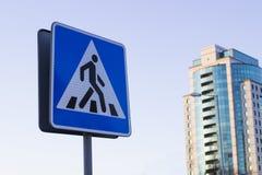 Een teken van een voetgangersoversteekplaats crosswalk Een voetganger royalty-vrije stock afbeeldingen